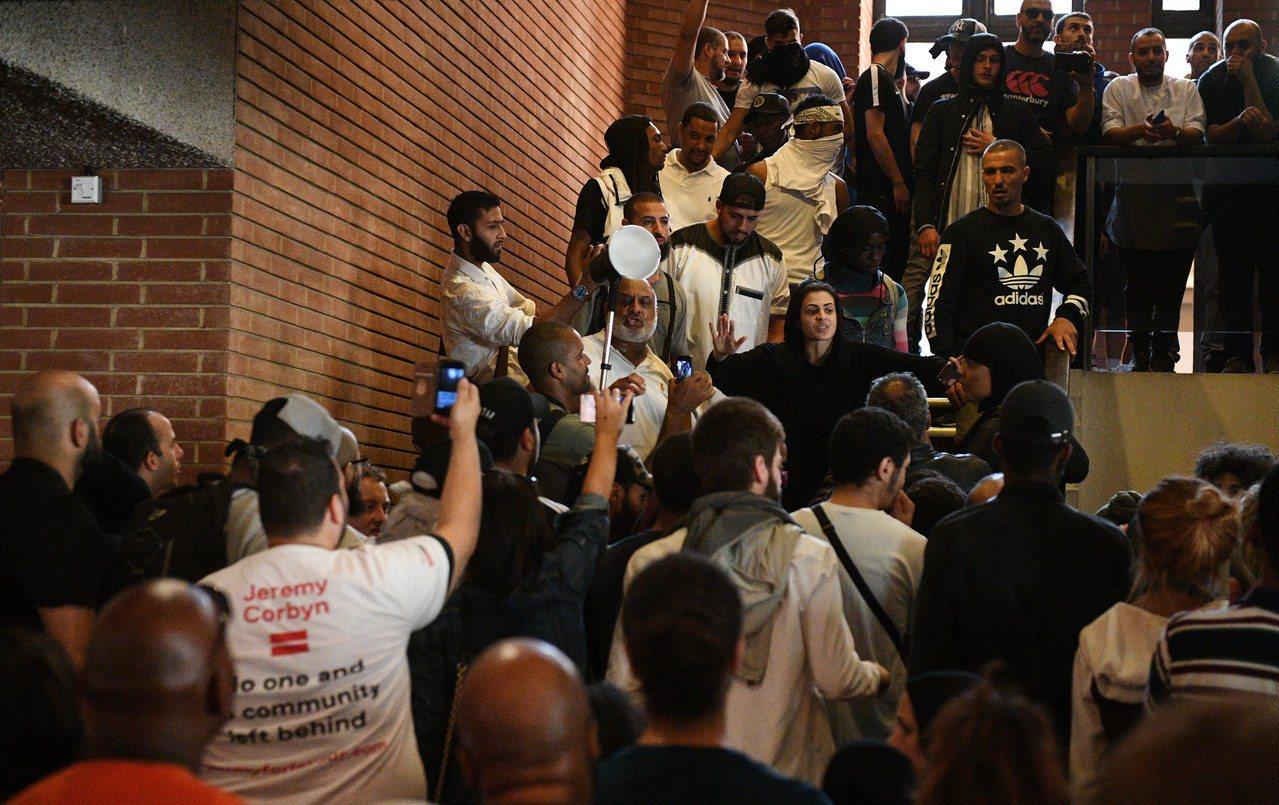 幾百名憤怒的抗議群眾16日衝進倫敦的肯辛頓─切爾西自治市市政廳,想要上樓,遭到警...