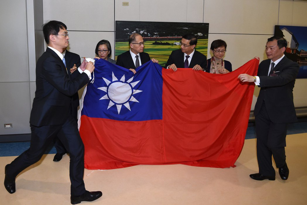 我駐巴拿馬大使曹立傑(右三)清晨返台,外交部長李大維(左三)親自接機,曹立傑將在...