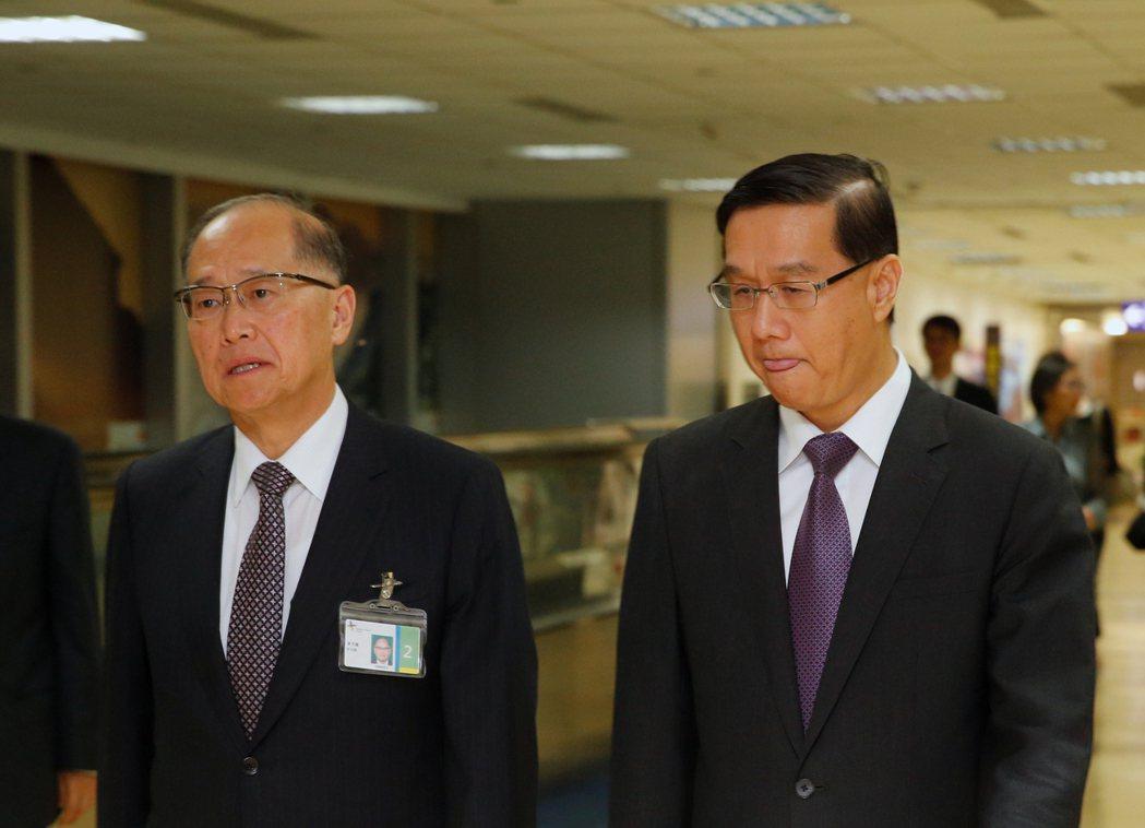 我駐巴拿馬大使曹立傑(右)清晨返台,外交部長李大維(左)親自接機。記者鄭超文/攝...
