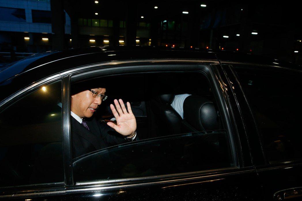 我駐巴拿馬大使曹立傑清晨返台,在離開機場前,揮手向大家道別。記者鄭超文/攝影