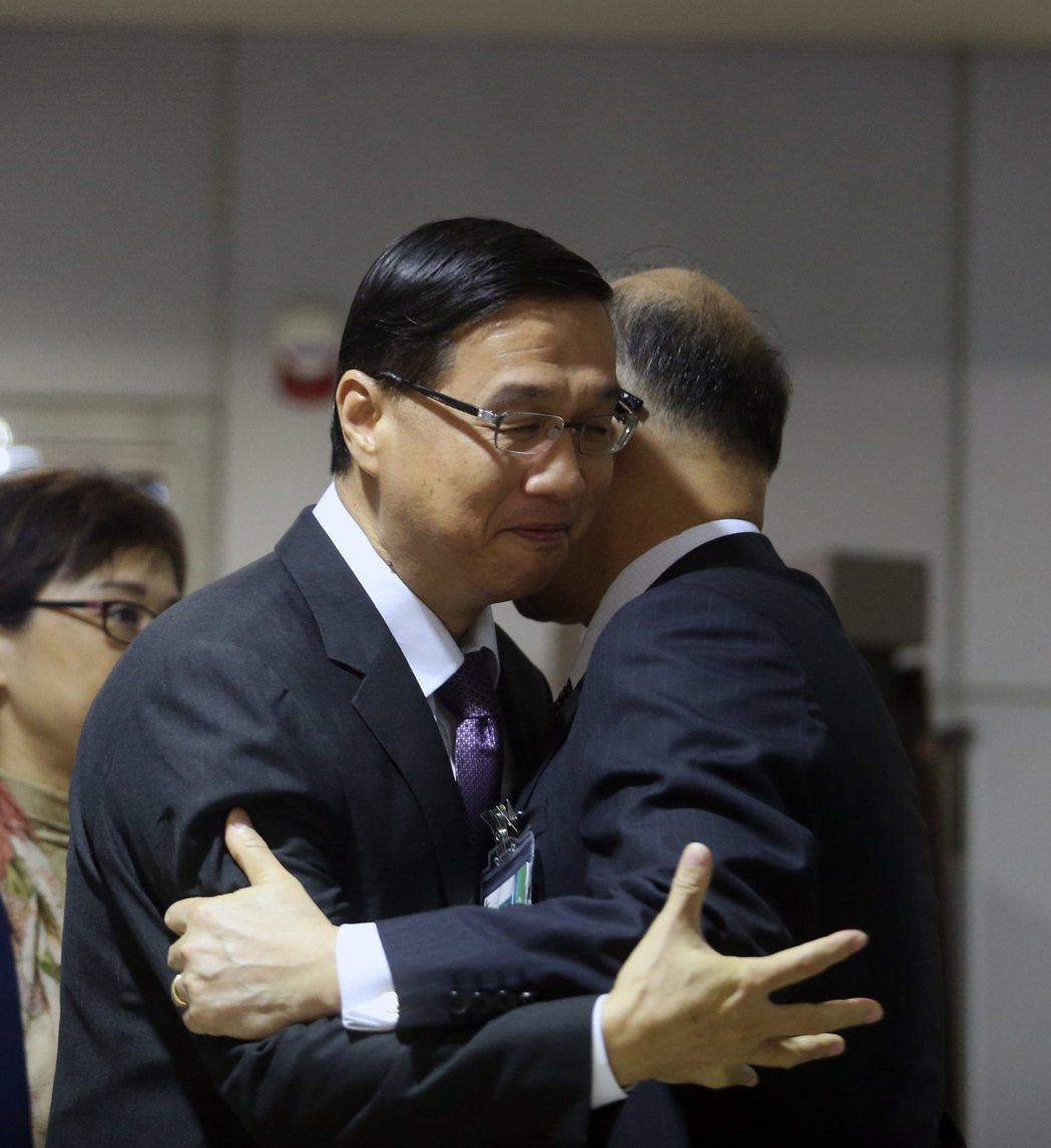 我駐巴拿馬大使曹立傑(左)清晨返台,外交部長李大維(右)親自接機,並給曹立傑一個...