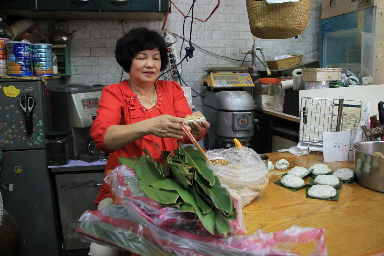 永和區新廍里長陳王綉緞的鼠麴粿,今年過年期間熱銷200斤。記者陳珮琦/翻攝