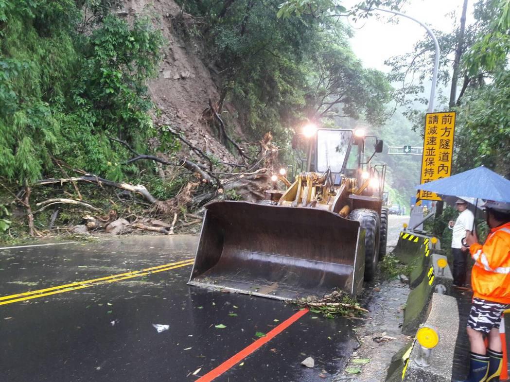 阿里山公路觸口路段今天清晨發生坍方。 圖片/公路總局提供