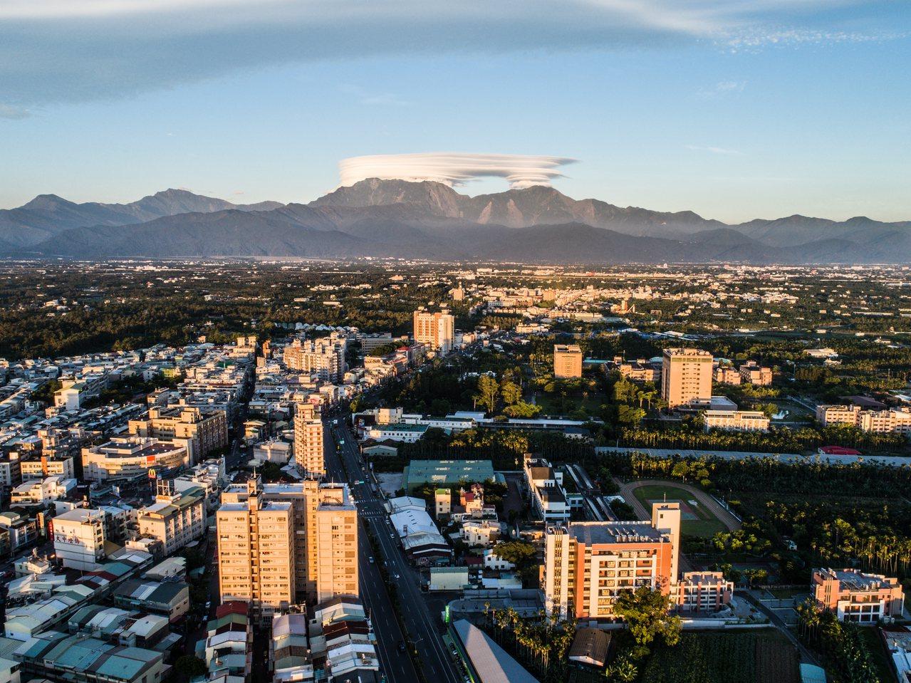 在城市裡就可以看到大武山,是屏東獨有的美景。王品晴攝影/屏東縣政府提供
