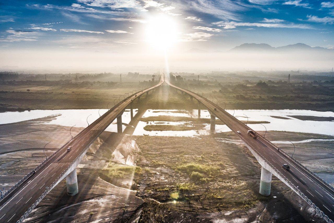 陽光之下的高屏大橋。郭建宏攝影/屏東縣政府提供