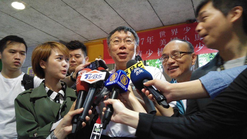 台北市長柯文哲今早到東園國小勉勵今年同獲全國冠軍的北市少棒與青少棒代表隊,並接受...