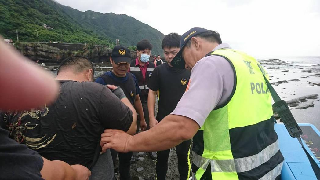 宜蘭消防局及時救援,救起被浪捲落海的釣客。圖/宜蘭消防局提供