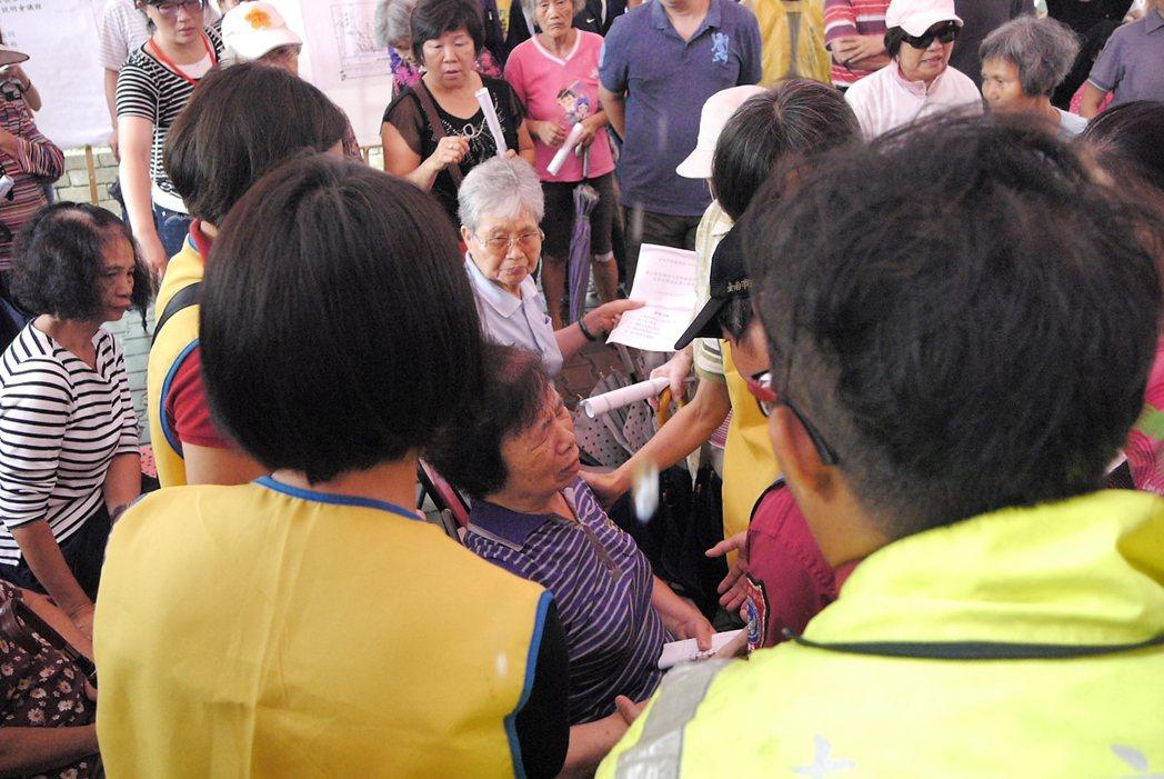長榮新城有一名婦人參與南鐵案說明會時,疑因天氣悶熱致身體不適,暈眩倒地,隨後由救...