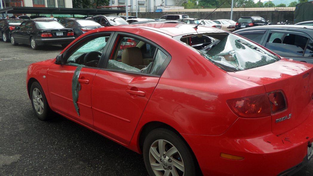 昨天被砸的紅色轎車。記者林保光/攝影