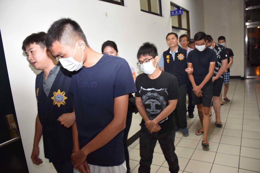 許姓男子(左二)與同夥今天凌晨被警方移送法辦。記者林保光/翻攝