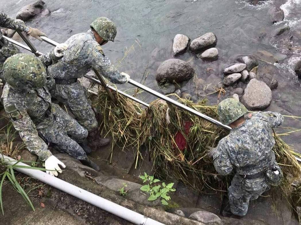 國防部指出,國軍目前待命兵力約1萬8千餘員,各類車輛、甲車、舟艇及救援機具,計有...