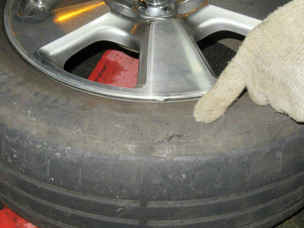 轎車路過壓到坑洞,車輪破胎。記者郭宣彣/翻攝