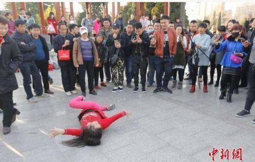 鄭州人民公園大叔大媽自創的「逆天搖擺抽筋舞」3月在網路爆紅,魔性的舞姿、誇張的動...