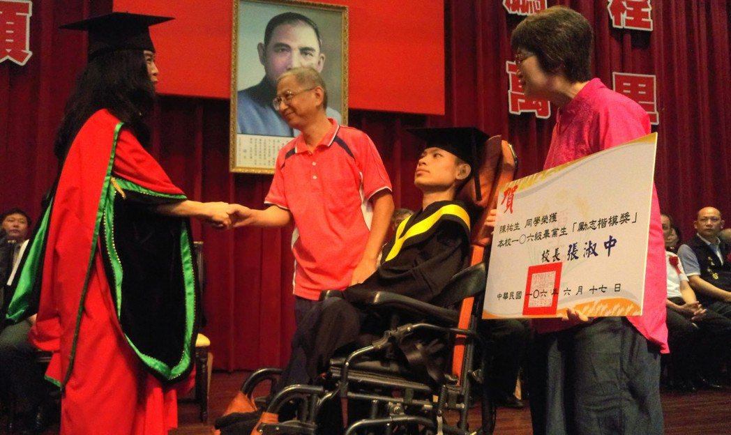 稻江校長張淑中頒獎表揚陳佑生,並感謝祐生父母親的奉獻。記者卜敏正/攝影