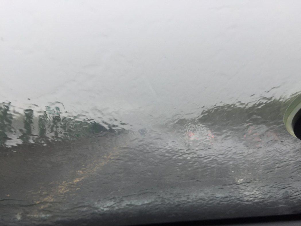 中二高草屯、霧峰路段中午傾盆大雨,車輛紛紛減速並開啟警示燈,高速公路成了慢速公路...