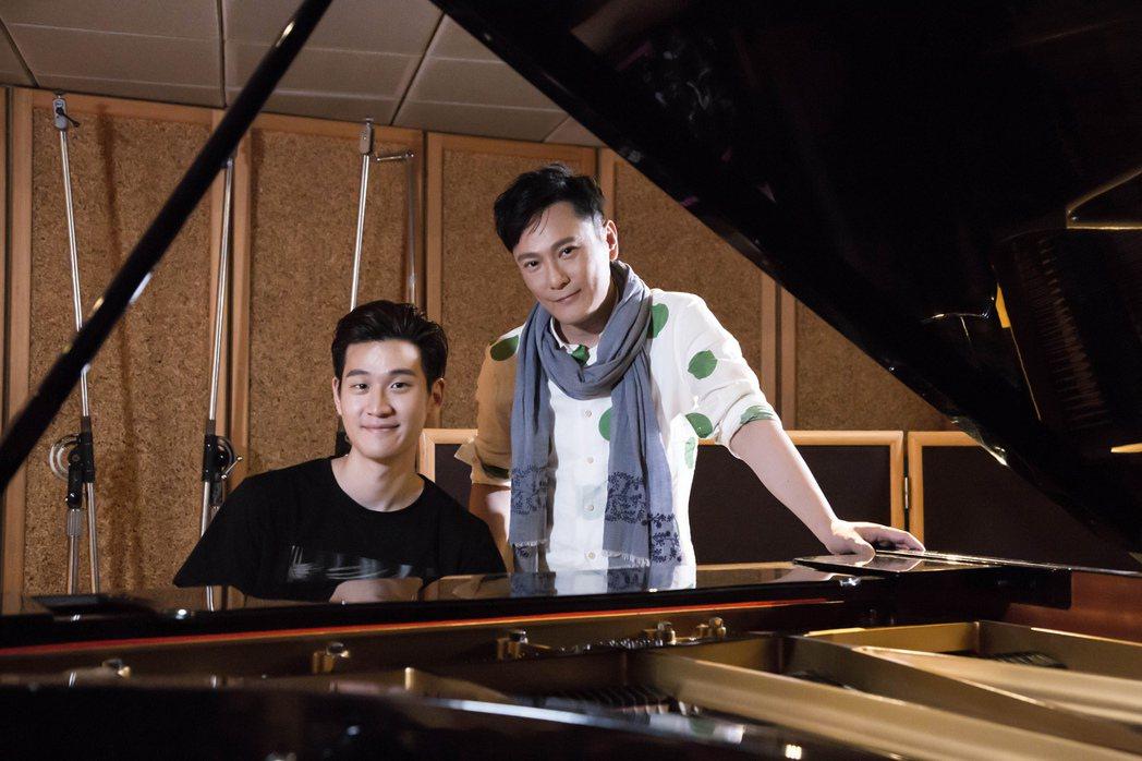 張信哲(右)與周興哲「雙哲會」。圖/潮水音樂提供