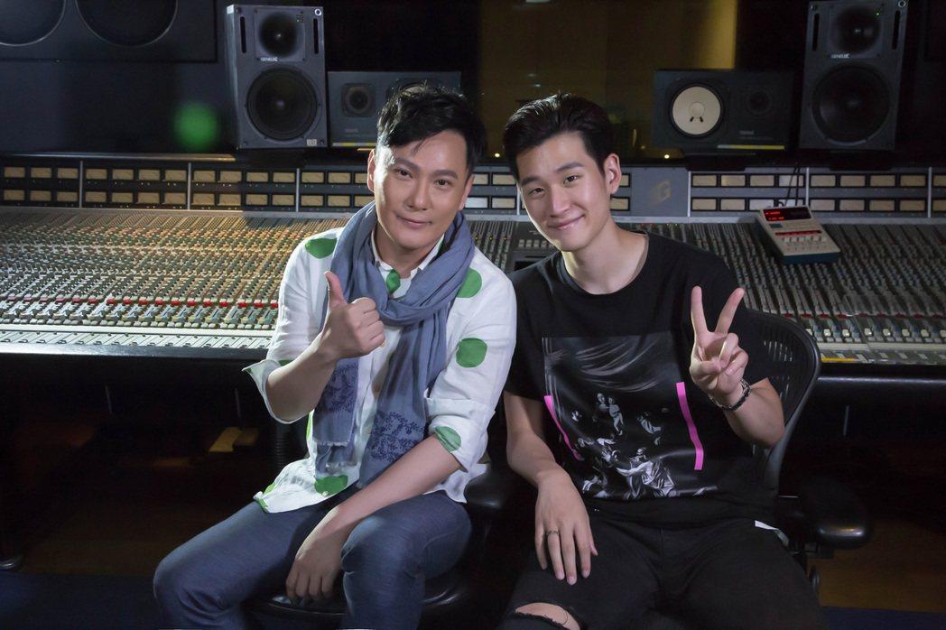 張信哲(左)與周興哲「雙哲會」。圖/潮水音樂提供