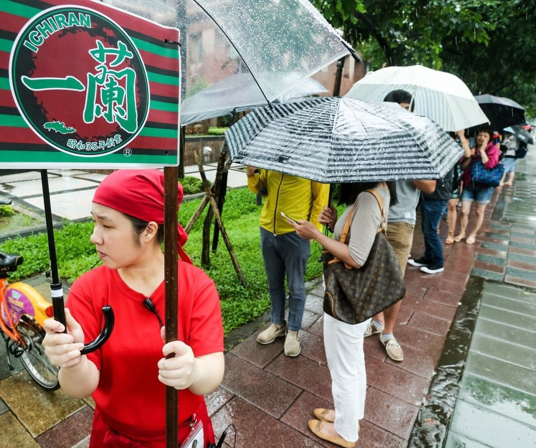 一蘭拉麵在台開幕首日,就引來大批民眾冒雨排隊等候。圖/報系資料照