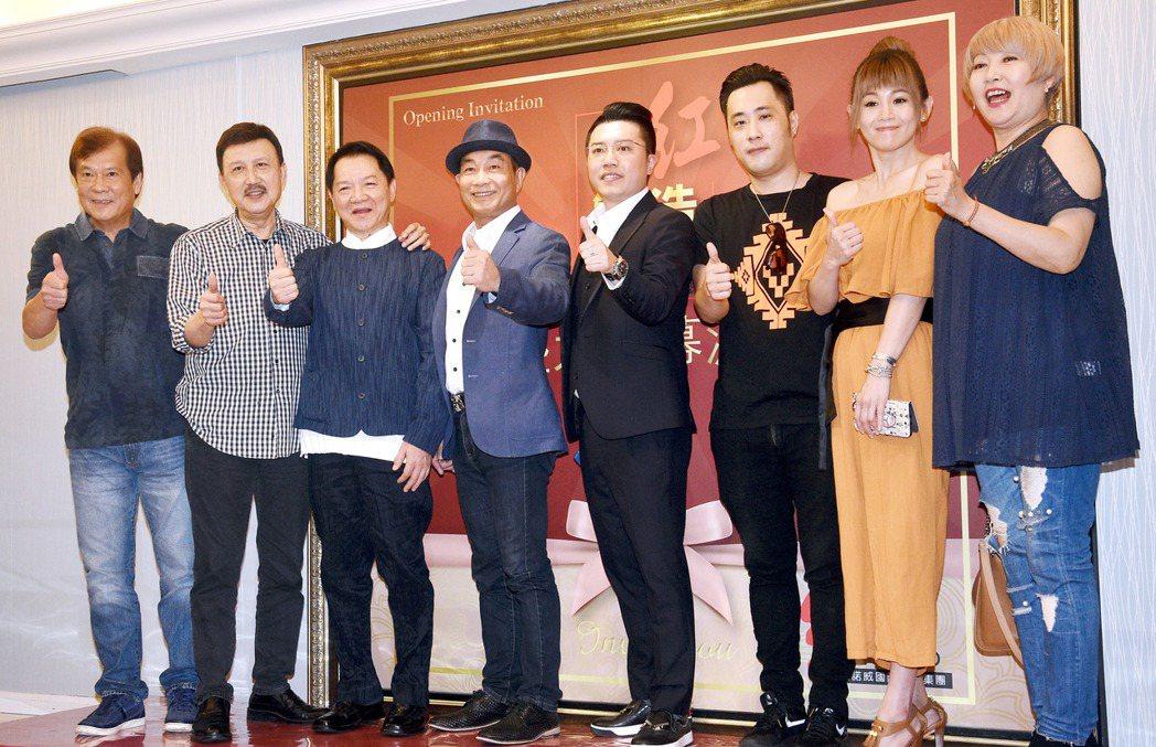 「網紅製造」演藝培訓公司昨天開幕,藝人余天(左二)、葉啟田(左三)、包翠英(右ㄧ