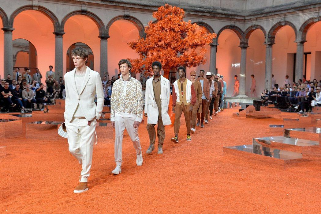 迷宮般的藝術建築,灑落橘色光影成為本次大秀的主色調。圖/Ermenegildo ...