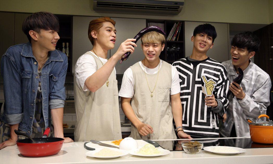 男團top1秀廚藝做豬排。記者曾吉松/攝影