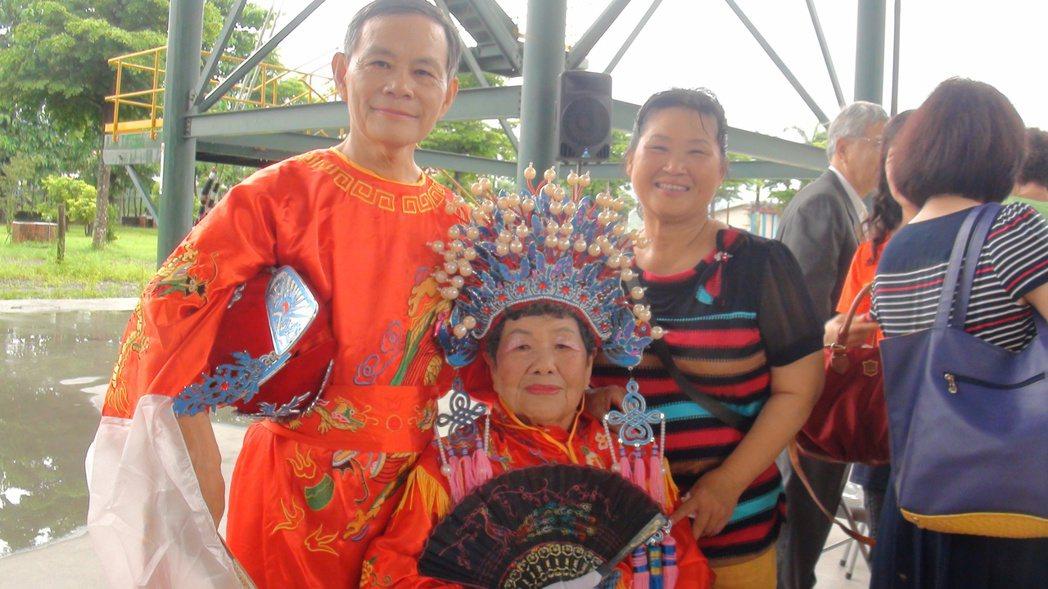 簡胡梅雀(左2)穿鳳冠霞帔上花轎,感覺超有趣。記者王昭月/攝影