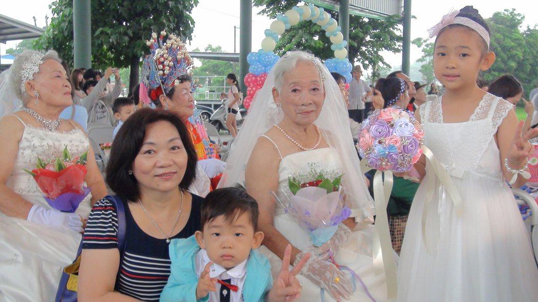 高齡92歲的蘇吳愫治體驗穿婚紗,一家四代都出席。記者王昭月/攝影