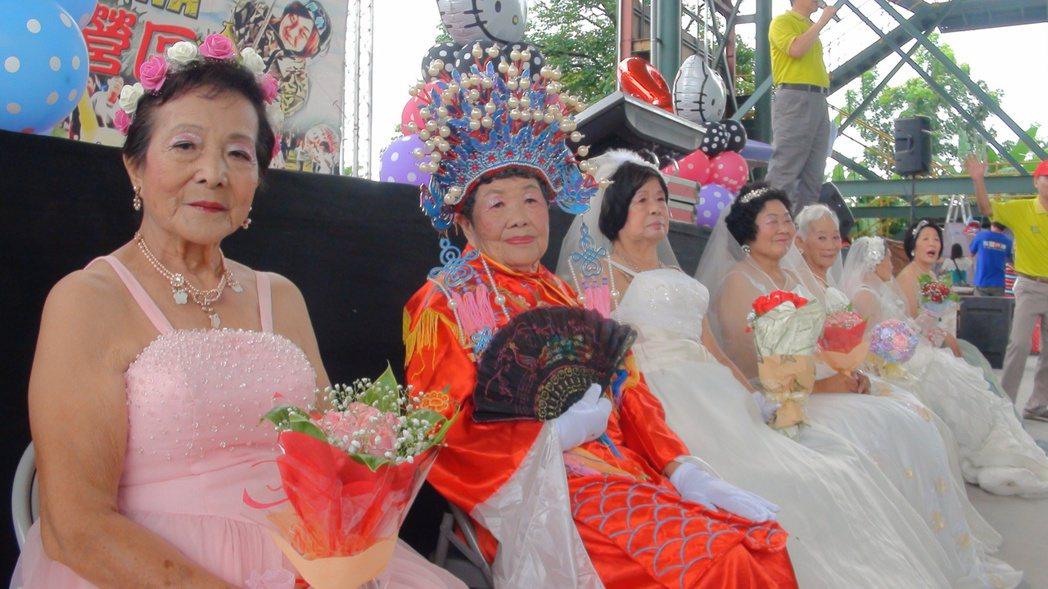 阿嬤們打扮美美,一圓當年結婚時無法穿婚紗的遺憾。記者王昭月/攝影