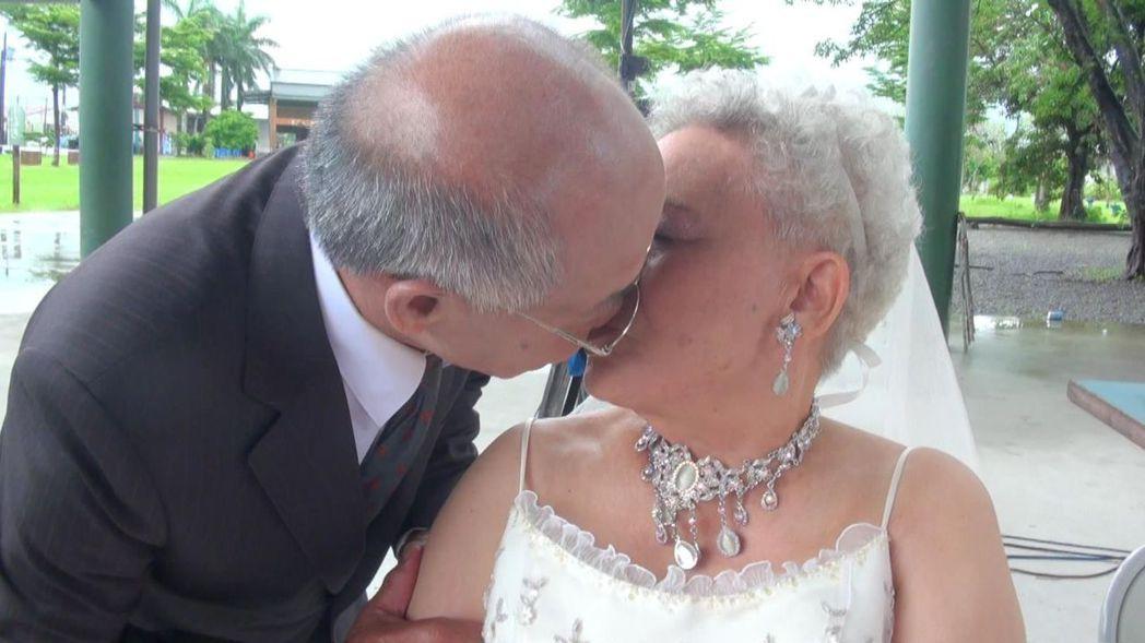 陳坤豹(左)對妻子許富美大方獻吻,讓妻子直呼「歹勢」。記者王昭月/攝影