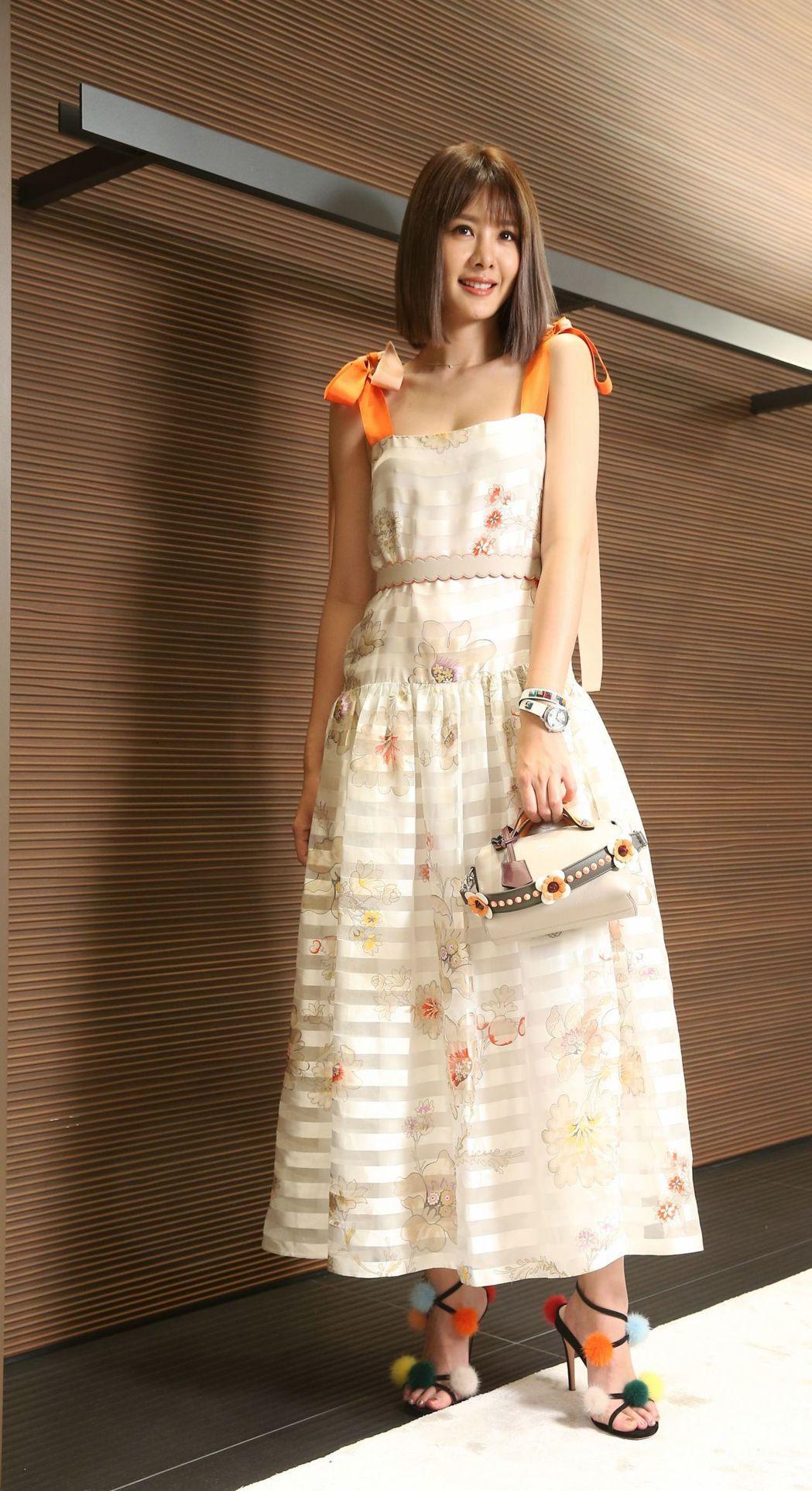 安心亞以橘色條紋綁帶洋裝105,000元搭襯皮草涼鞋35,900元、Mini B...