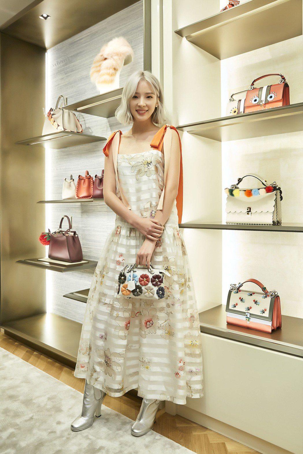 Irene Kim在首爾FENDI品牌活動身穿橘色條紋綁帶洋裝。圖/FENDI提...