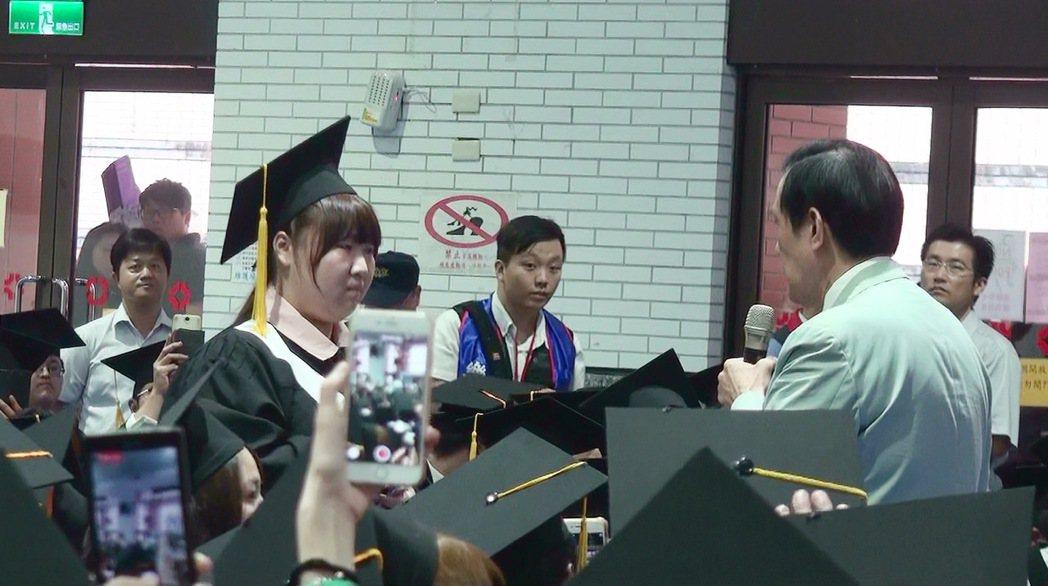 馬英九答覆「求救」女孩的問題,女生聽完後說「我會加油!」贏得全場歡呼。記者胡蓬生...