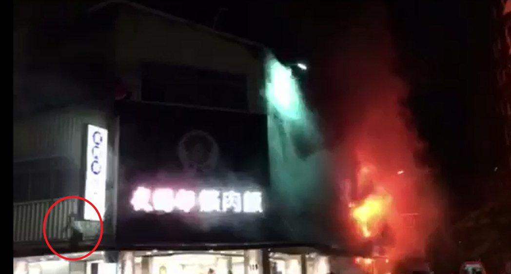 台中市西區「夜間部爌肉飯」小吃店今晚起火,受困2樓民眾(紅色圓圈處)在附近住戶協...