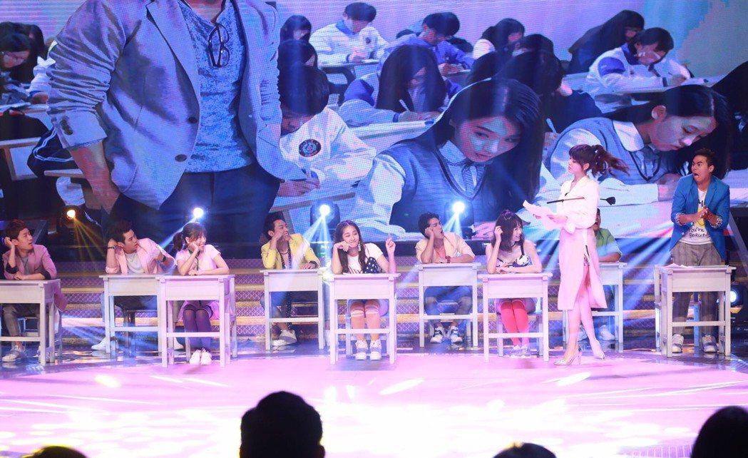 白家綺在民視20週年台慶節目,倒奶演出超火辣。圖/民視提供