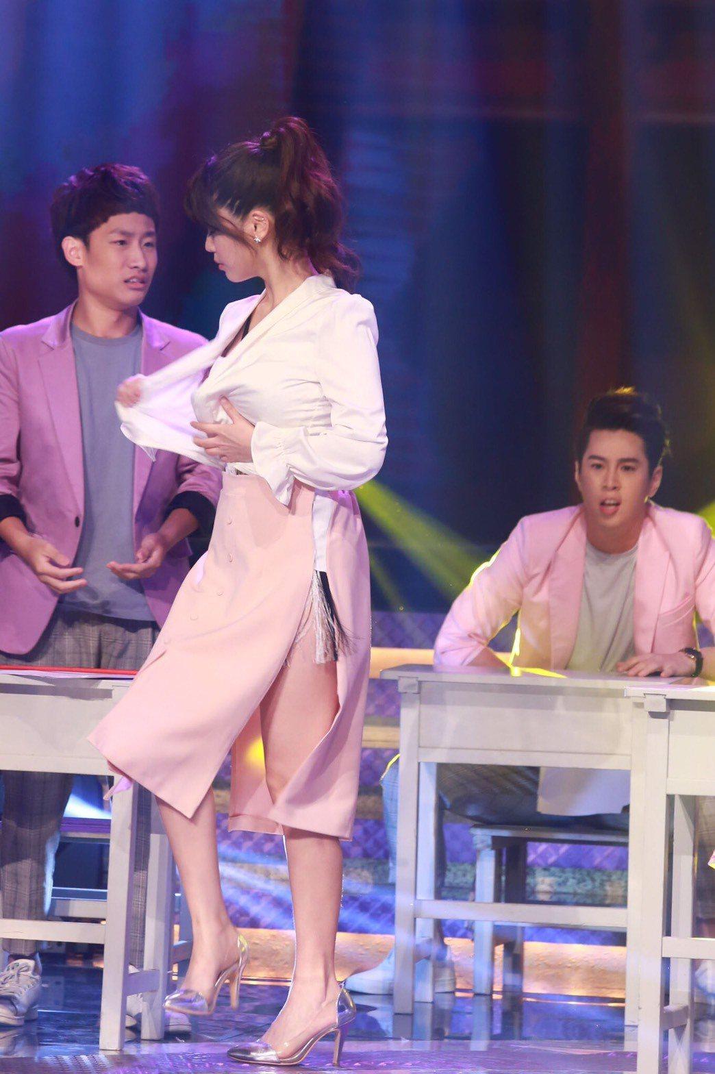 白家綺在民視20週年台慶節目,當場扒衣服超火辣。圖/民視提供