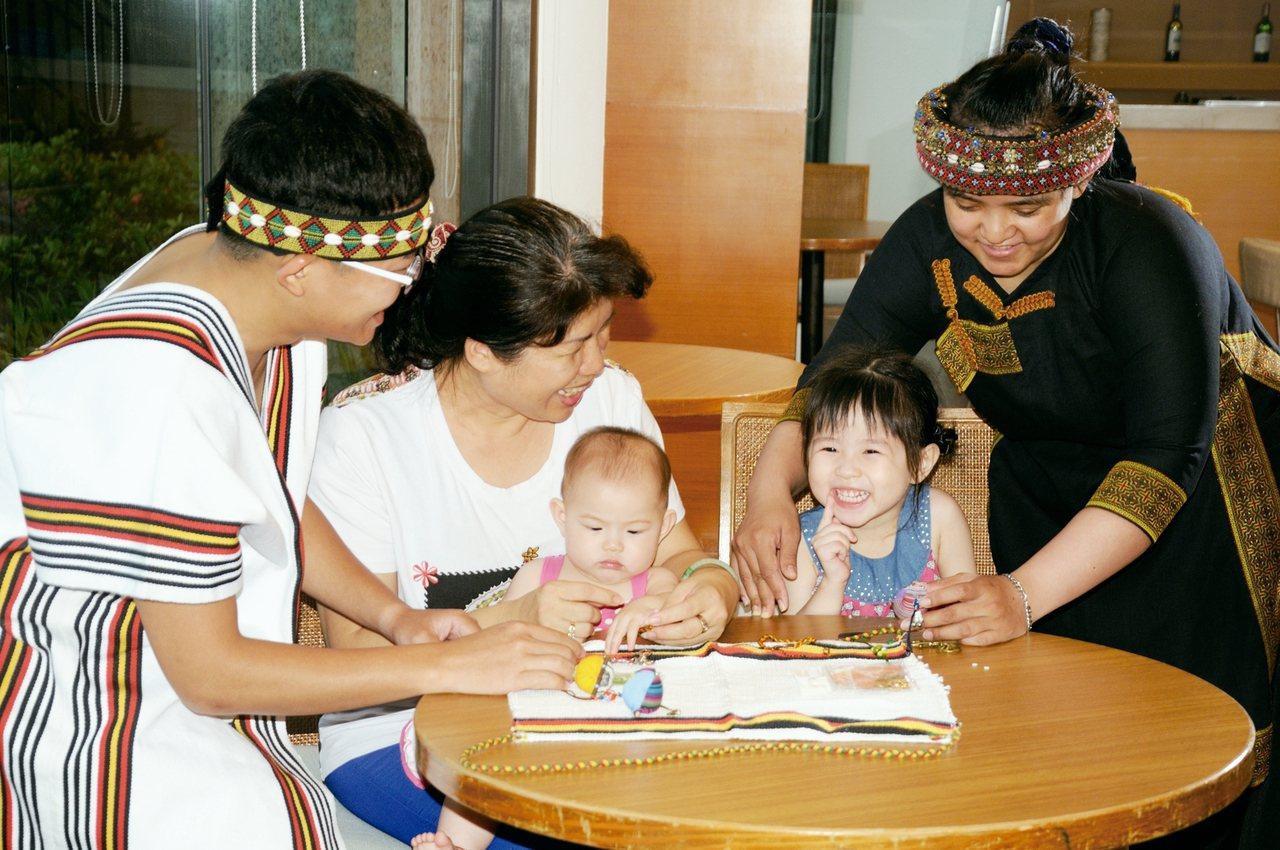 義大皇家酒店推出一系列原住民手工編織飾品DIY活動,吸引親子同樂。 圖/義大世界...