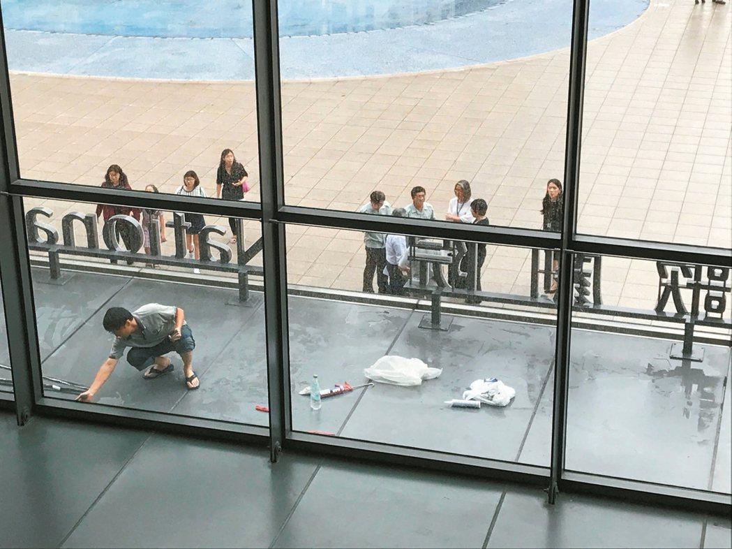 台中國家歌劇院這幾天再傳漏水,昨天工程人員急忙補強,遊客仍絡繹不絕。 記者洪敬浤...