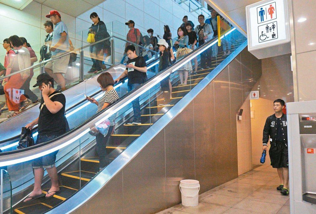 新台中車站去年十月啟用,昨天大雨,站內廁所外放水桶接漏水。 記者洪敬浤/攝影
