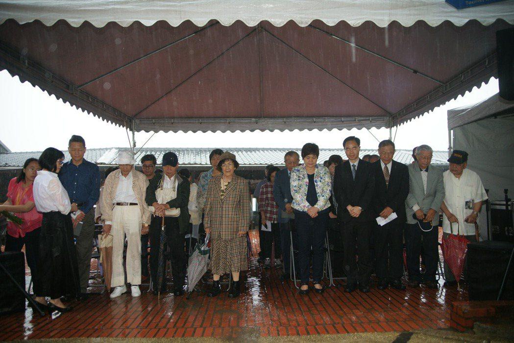 受難者家屬與參加民眾全體默哀33秒,以悼念33名受難者。 圖/黃金博物館提供