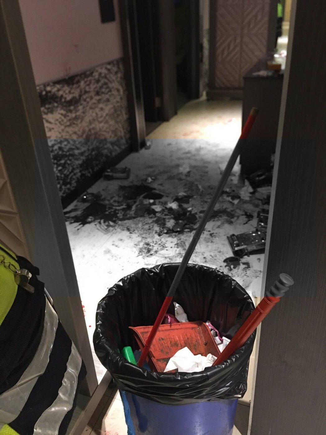 台東市享溫馨KTV今天凌晨1點多發生流血衝突,現場遺留大片鮮血。圖/讀者提供