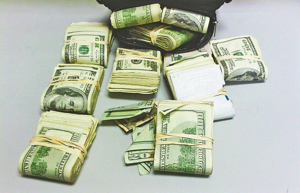 旅客攜帶現鈔出入國境,超過新台幣10萬不申報或申報不實,會被裁處沒入或罰鍰。 ...