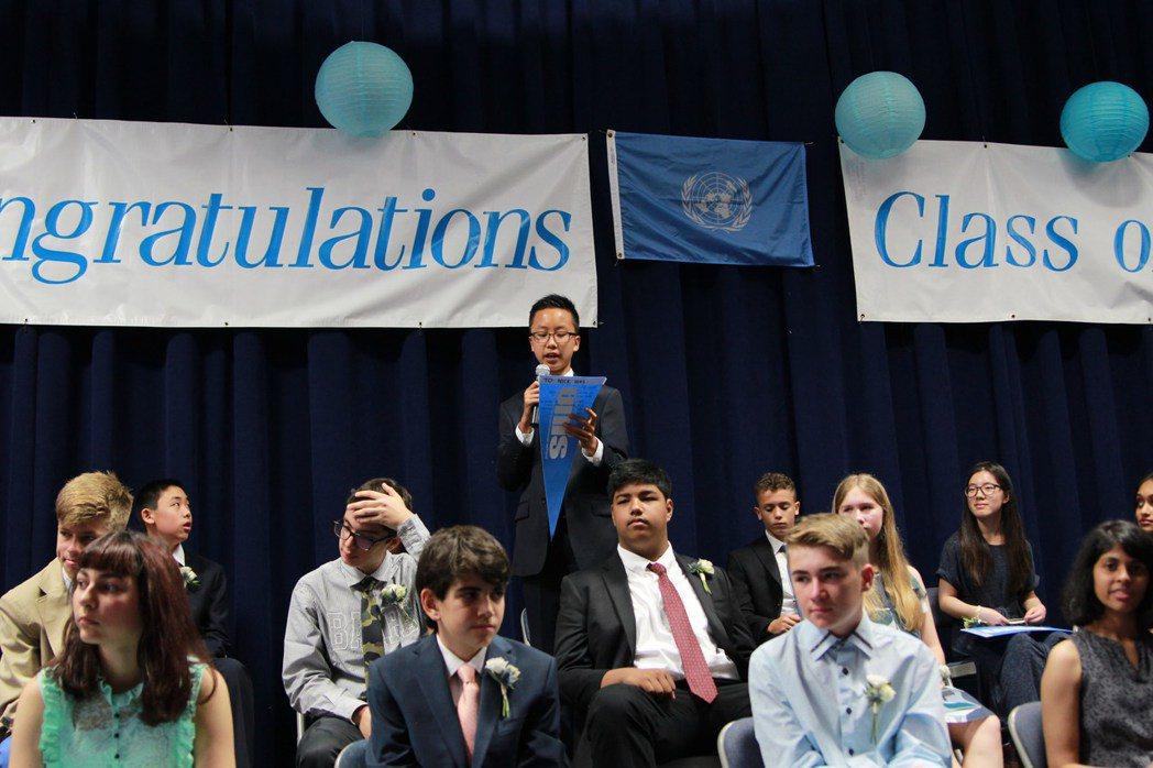 孫浩天以優異成績,畢業於聯合國國際學校。圖為他在畢業禮上致辭。(記者李碩/攝影)