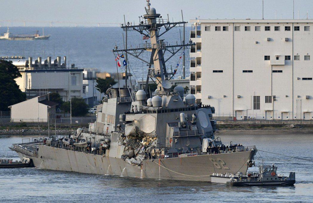 在拖船協助下,撞船後的「費茲傑羅號」回到橫須賀軍港。(歐新社)