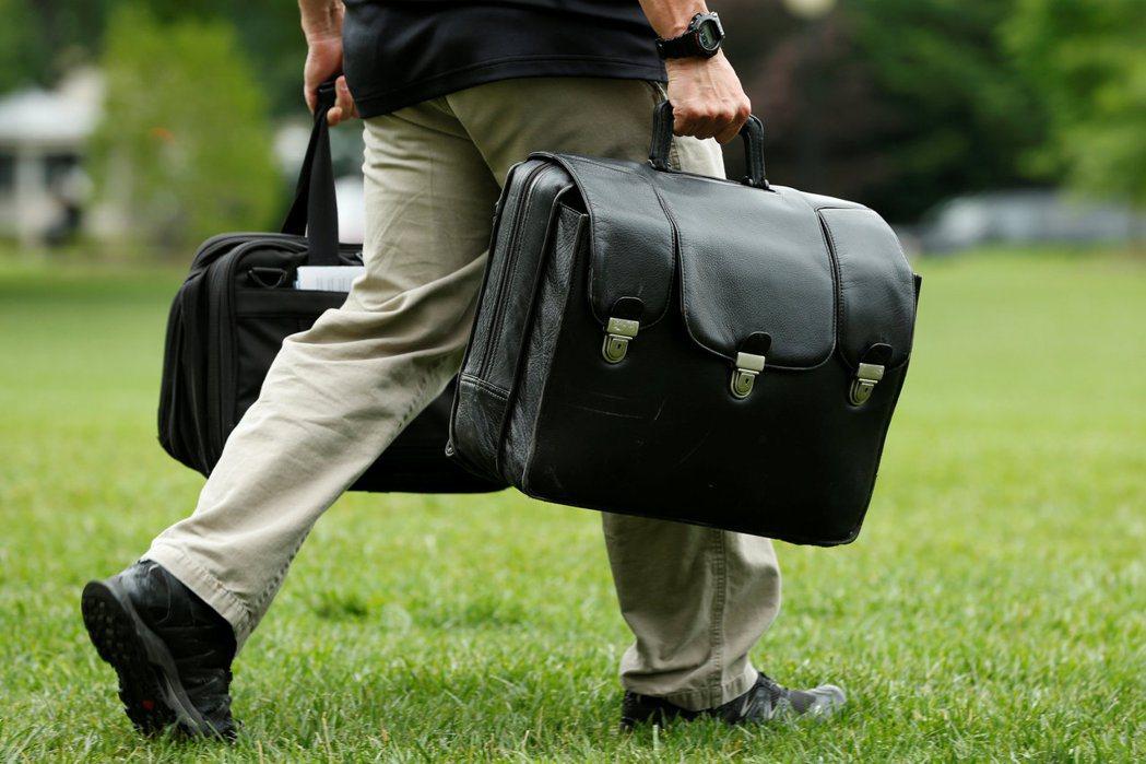 川普總統赴大衛營度周末,隨行人員帶著核武發射密碼的「核足球」隨行。(路透)