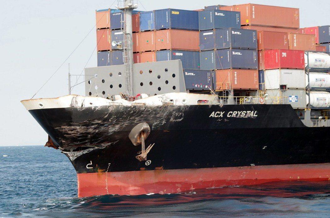 菲律賓籍貨櫃輪「ACX水晶號」的船首留下明顯撞船痕跡。(歐新社)