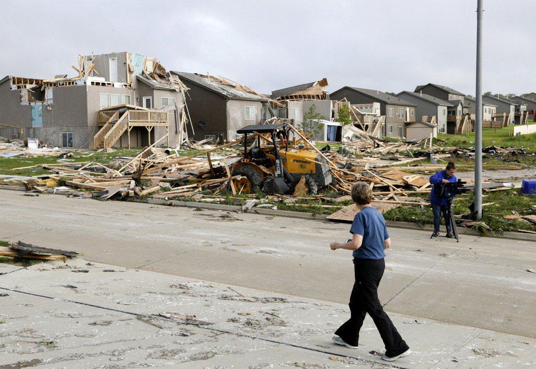 風暴過後,整排住宅都被掀翻。(美聯社)