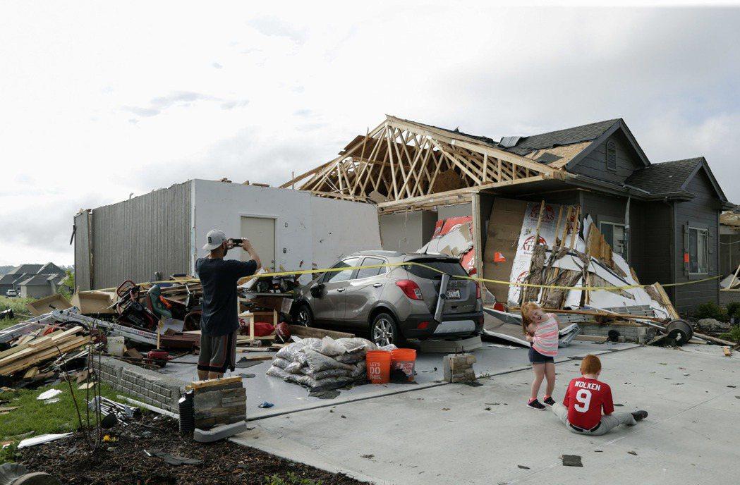 風暴過後,內布拉斯加州貝維爾鎮居民發現屋頂被吹跑了。(美聯社)