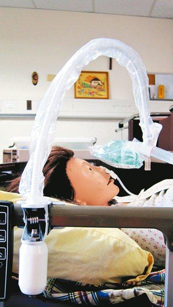 台東聖母醫院病房輔助手臂,能進行多角度的固定,省去人力。 圖/林大仁組長提供