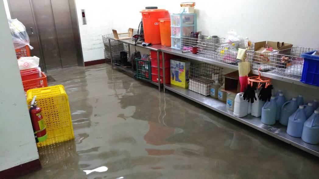 豪雨狂炸雲林的日子,疑因信義里長施耀斐怕里內淹水,竟將斗六高中排水溝封塞,讓學校...