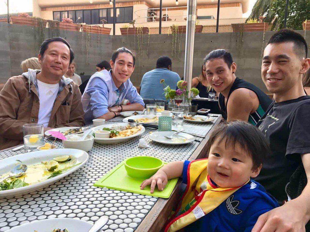 林書豪和家人聚餐合影。圖/取自林書豪LINE